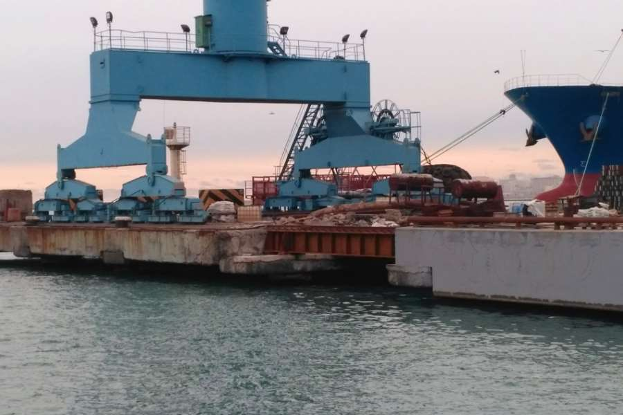 Transfer of port crane over dismantled section of Quay 16 at Novorossiisk successfully completed